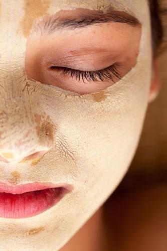 Calamine losyonu  Yüzde sivilce çıkmasının sebebi ciltte biriken fazla yağdır. Calamine losyonu fazlalık yağı vücudunuzdan alarak cildinizi lekesiz bırakır. Mümkün olduğunca sık bir şekilde losyonu yüzünüze ya da lekenin olduğu yere sürün.