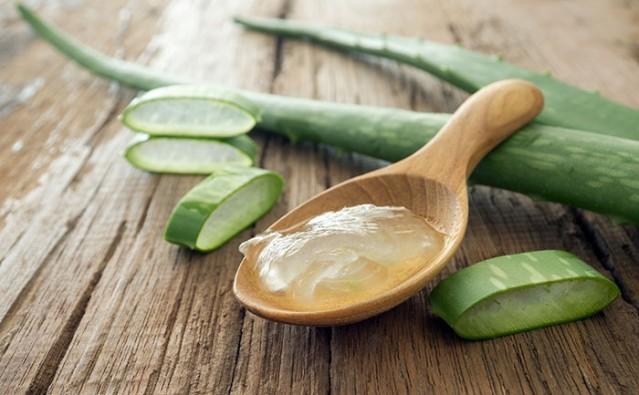 Aloe vera  Aloe vera yaprağındaki jel, lekeleri iyileştiren ve cildi yenileyen hücreler üreten bir polisakkarit deposudur. Tek yapmanız gereken yapraktan bir parça koparıp üstündeki jeli lekeli bölgeye sürmek ve kuruduktan sonra durulamak.