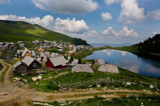 Doğa tutkunlarının Bosna Hersek'te ziyaret etmesi gereken yerlerinden 1636 rakımlı Prokosko'da, çok sayıda endemik bitki türüne rastlamak da mümkün.