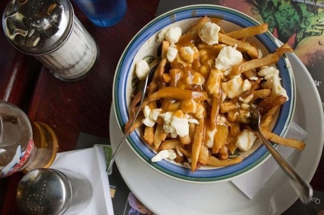 Montreal'de ince dilimlenmiş patates kızartması, peynir soslu (Kanada)