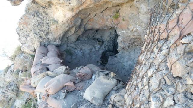 PKK'lı teröristlere ait bir sığınakta çok sayıda silah, mühimmat, yiyecek, giyecek malzemesi, telsiz ve bilgisayarlar, hilti, jeneratör, akü, el yapımı patlayıcı malzemeleri, tıbbi ve yaşam malzemesi ele geçirildi.