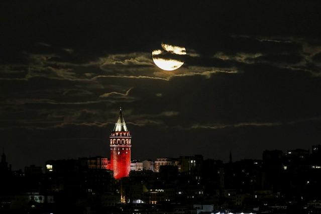 Galata Kulesi kırmızı beyaza büründü   İstanbul'daki terör saldırısına tepki için Galata Kulesi'ne Türk bayrağı yansıtıldı. İstanbul Büyükşehir Belediyesi şirketlerinden Enerji A.Ş. tarafından yapılan aydınlatmayla Galata Kulesi, kırmızı beyaza büründü.