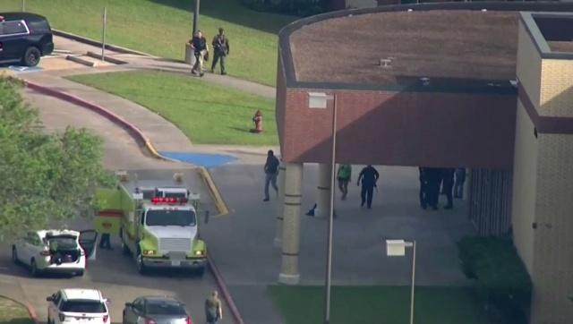 Abd sabah saatlerinde sarsıldı.  Houston şehrinin beş mil güneydoğusundaki Santa Fe Lisesine giden silahlı kişilerin sınıfa rastgele ateş açtığı belirtildi.
