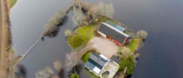 Halmstad'daki kurtarma servisi genel müdürü Magnus Ericson verdiği demeçte durumu takip ediyoruz ifadeleri kullandı.  SMHI şu anda Halland'da sel taşkınları için altı, Kronoberg için beş uyarı yayınladı.