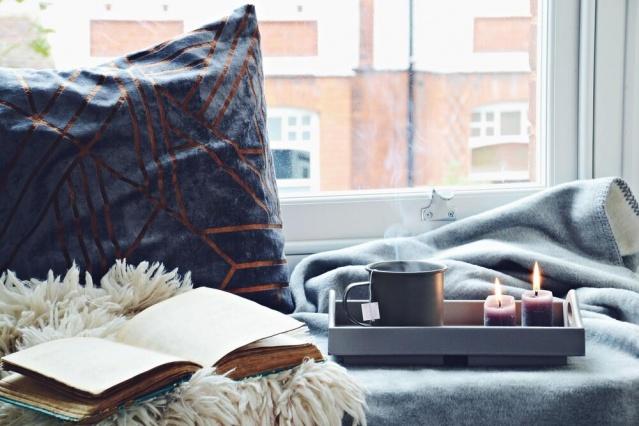 'Hüga' nasıl yapılır?  Peki, bu 'hüga' nasıl oluyor derseniz… Temelinde basit şeylerden keyif almak var. Mesela evde mumları yakıp, güzel bir kahve ve kekle, sıcacık bir battaniyenin altında kitap okumak... Pencerenin içine oturup dışarıyı seyretmek… Ama 'hüga' sadece yumuşak, tatlı ve sıcak bir ortamla sınırlı değil. Aile ve arkadaşlarla gerçek bir yakınlık ve bağ yaşamak 'hüga'nın çok önemli bir parçası.