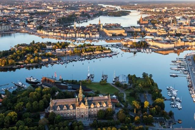 Kuzey Avrupa'da, İskandinavya Yarımadası'nda yer alan İsveç, batı ve kuzeyde Norveç, güney ve güneydoğuda Baltık Denizi, doğudaysa Finlandiya ve Bothnia Körfezi'yle çevrili bir tabiat harikası. Doğal güzellikleriyle ziyaretçilerini kendine hayran bırakıyor. İşte İskandinavya'nın incisi İsveç gezi rehberi…  Yarıdan fazlası ormanlarla kaplı, irili ufaklı yüz binden fazla göle sahip olan ülke adını milattan önce bölgede yaşayan Svear kabilelerinden alıyor. Kuzey Kutup Çemberinin bile kuzeyinde bulunan Riksgransen ve Norrbatten'deki Abisko gibi ünlü kış sporları merkezleriyle çok sayıda yerli ve yabancı turist çeken İsveç'in en sık ziyaret edilen şehriyse yan yana yarımada ve adaların köprülerle birbirine bağlanmasından oluşuyor ve  ''kuzeyin Venedik'i'' olarak adlandırılıyor.   Gezi programınıza mutlaka eklemenizi tavsiye edeceğimiz başındaysa şehri Kopenhag'a bağlayan, yarısı su altında yarısı su üstünde tasarımlı Öresund Köprüsü'yle ve ilginç tasarımlı Turnin Torso Gökdeleni ile dikkat çeken Malmö, dünyanın en büyüklerinden biri olarak kabul edilen ve her sene milyonlarca ziyaretçiye ev sahipliği yapan Liseberg Eğlence Parkı'yla Göteborg ile tarihi yapısı koruyan yemyeşil kent Uppsala…