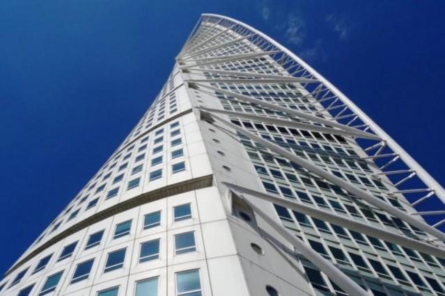 Aynı tasarıma sahip gökdelenlere bir yenisi daha eklemek istemeyen Santiago Calatrava, çok ilginç ve yapılması oldukça zor bir tasarım ortaya koymuş: Turning Torso gökdeleni! Tasarımı kadar yapılışı da zor olan Turning Torso yeni bir mimari akımın da ortaya çıkmasına sebep oldu. İsveç'in Malmö kentinde yükselen bu yapı, bir tarafta sanat, diğer tarafta matematiğin birleştiği mimari şölene dönüşüyor…