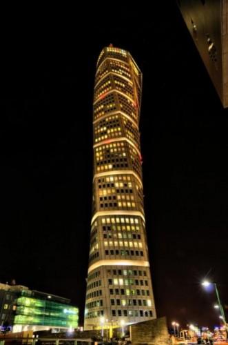 Turning Torso görsel olarak pek belli etmese de aslında üst üste bindirilmiş dokuz küpten oluşuyor ve her bir küp kendi içinde beş kata sahip. Kendi ekseni etrafında burgu şeklinde yükselen gökdelen 192 metre uzunluğa sahip ve toplam 54 katlı. İlk iki kat iş yerleri için ayrılmış. Üçüncü kattan itibaren her katta sadece konut olarak kullanılan daireler var ve binanın toplam alanı 17.500 metrekare. Binada toplam 147 daire mevcut. En küçük daireler 90 metrekare, en büyükleri ise 190 metrekare. Böyle bir binada yaşadığınızı düşünsenize, dünyanın öteki ucundaki birine bile evinizi tarif etmeniz için sadece iki kelime kullanmanız yeterli.