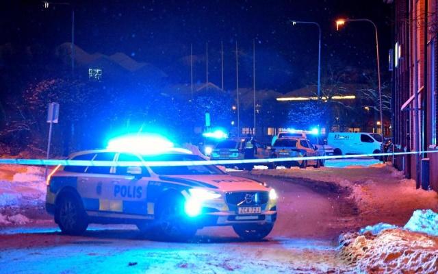 Salı akşamı Uddevalla'da üç genç kısa sürede bıçakla saldırıya uğradı.  Bohuslänningen haberine göre olaydan sonra ağır yaralanan bir kişi hayatını kaybetti ve olayla ilgili bir kişi tutuklandı.
