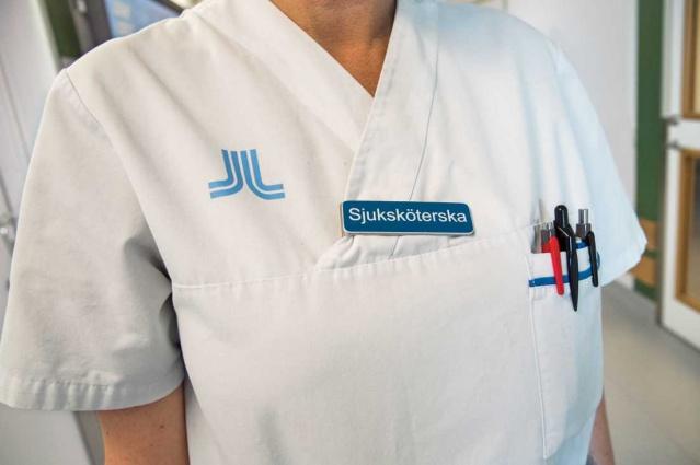 İsveç'teki salgının merkezi olan başkent Stockholm'de koronavirüse karşı mücaddele eden 40 yaşlarında bir hemşirenin koronavirüse yakalandığı ve durumu ağırlaşan hemşire hayatını kaybetti.  40 yaşlarında olan hemşire, koronavirüs hastalarına bakıyordu.