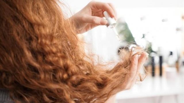 Yetersiz beslenme, kullandığınız kimyasal şampuanlar ve hava değişimleri saçlarınızı kurutabilir. Sizlere vereceğimiz 3 doğal tarif ile kısa sürede saçlarınızı eski haline getirebilirsiniz.  İşte saçları canladıran 3 doğal bakım maskesi;
