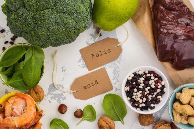 Vücudumuz birtakım fonksiyonlar için bazı vitamin ve minerallere ihtiyaç duyar. Dışarıdan alınan bu vitamin ve mineraller, pek çok sağlık sorununun da önüne geçer. Demir de vücudun ihtiyacı olan minerallerden bir tanesidir. Demir, kandaki oksijeni vücuda taşımakla görevli olduğundan vücut için vazgeçilmez minerallerdendir. Vücudumuz tarafından üretilmeyen, ancak besinler yoluyla vücuda alınabilen demir, bağışıklık sistemini güçlendiriyor; eksikliğinde yorgunluk, halsizlik, sinirlilik, baş ağrısı, konsantrasyon bozukluğu gibi sorunlar yaratıyor.  Yetişkinlerde demir eksikliğinin en belirgin sebepleri; çay, kahve tüketiminin fazla olması, etin kavrularak ya da fırında fazla pişirilmesi ile sosis, salam gibi işlenmiş besinlerin sık tüketilmesidir. Bazı kişilerde demir bağırsak tarafından yeterince emilemez. Bu da demir eksikliğine neden olan bir başka etkendir. Kadınlardaki aşırı adet kanaması, sık ve fazla sayıda doğum, düşükler, kürtaj yaptırmış olmak, mide-bağırsak sistemindeki iyi ya da kötü huylu tümörler de demir eksikliğinin sebeplerindendir.