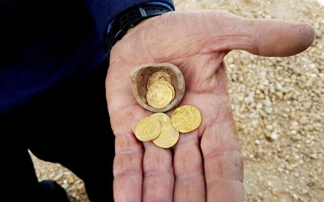 Milliyet'in haberine göre Yavne'deki antik alanda kazı yapan arkeologlar, 1200 yıllık nadir altın sikkeleri bir küçük kumbaranın içinde bulduklarını Pazar günü açıkladı.