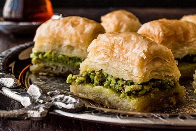 Dünyanın dört bir yanından yemek tutkunlarının otantik mekanları ve geleneksel tatları öne çıkarmak için bir araya geldikleri içerik sitesi TasteAtlas (lezzet atlası) katılımcılarının puanlamalarıyla Türkiye'nin en popüler 100 lezzeti listesi ortaya çıktı. Aralarında sokak lezzetlerinden geçmişi Osmanlı sarayına dayanan geleneksel tatlara birçok yiyecek ve içecek olan bu 100 maddelik liste Türk mutfağı meraklıları için çok faydalı bir rehber niteliğinde.