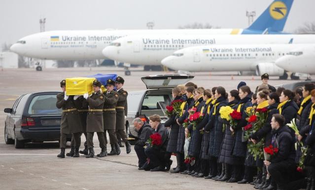 İran'da 8 Ocak'ta düşürülen yolcu uçağında hayatını kaybeden Ukrayna vatandaşlarının naaşları, bugün ülkelerine getirildi.