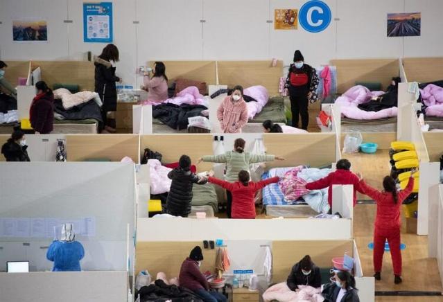 Çin'den dünyaya yayılan ölümcül coronavirüsü (COVID-19) salgını iki devi karşı karşıya getirdi. Öte yandan Rusya farklı adımlar attı. Olan bitenler tüm dünyada endişe yaratıyor.