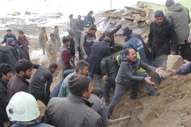 İran'ın Hoy kentinde saat 08:53'te 5,9 büyüklüğünde bir deprem meydana geldi. Deprem'in ardından Van Başkale'ye bağlı Kaşkol, Güvendik, Özpınar ve Gelenler'de hasar oluşurken, 3'ü çocuk 8 vatandaş da hayatını kaybetti. Bölgeye AFAD ekipleri sevk edildi. İşte olay yerinden ilk görüntüler...