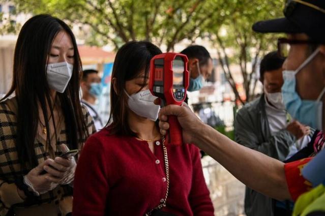 Dünya genelinde 4 milyonun üzerinde insana bulaşan Covid-19 virüsünün yayıldığı yer olan Vuhan karantina koşullarını geride bırakmıştı ancak işler yolunda gitmiyor...  Çin'de koronavirüs salgının ilk görüldüğü yer olan Vuhan'da uzun bir aradan sonra geçen hafta sonunda ilk kez yeni vakaların görülmesi üzerine 11 milyon nüfuslu kentte herkese test yapılması planlanıyor.