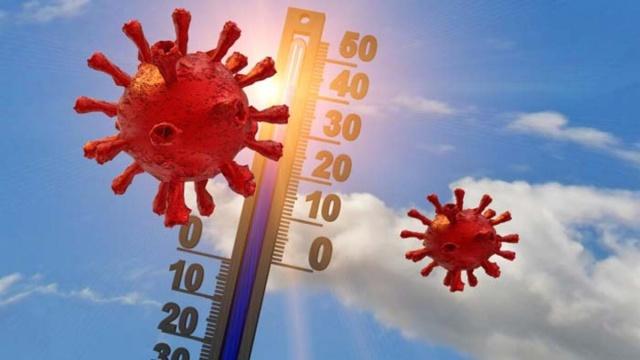 """Prof. Dr. İftahar Köksal Covid-19'a karşı aldığımız tüm korunma önlemlerine yaz aylarında da ödün vermeden devam etmemiz gerektiğini belirterek, """"Bu yaz mevsiminin geçmiş yıllardaki yaz mevsiminden farklı olacağını şimdiden kabul etmemiz ve kendimizi buna alıştırmamız gerekiyor"""" diyor. Ancak coronavirüse karşı önlem almaya devam etsek de, yaptığımız bazı hatalar korunma şansımızı düşürmesinin yanı sıra virüsün çevreye bulaşmasına da neden olabiliyor"""" dedi.  Yaz mevsiminde dış ortamlarda daha çok zaman geçiriyor, bulunduğumuz mekanlarda kapı ve pencere açarak ortamın havalanmasını sağlıyoruz. Buna güneşin ultraviyole ışınlarının yaz aylarında etkilerini daha fazla gösteren güçleri de eklenince, toplumda yaz mevsiminde koronavirüsün (Covid-19) daha az risk oluşturacağına yönelik bir kanı var. Oysa diğer solunum yolu virüslerinden farklı özellikler sergilediği için Covid-19'un sıcak havalarda da bulaşma riski devam ediyor."""