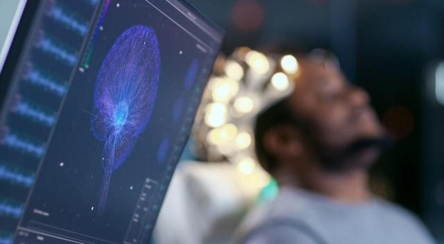 Bilim insanları COVID-19'un iltihaplanma, psikoz ve deliryum gibi ciddi nörolojik komplikasyonlara yol açabileceğini beliterek beyin hasarı dalgası uyarısında bulundu.  Dünyada 500 binden fazla kişiyi öldüren COVID-19, büyük ölçüde akciğerleri etkileyen bir hastalık olsa da nörobilimciler ve uzman doktorlar, salgının beyin üzerindeki etkisinin ortaya çıkan kanıtlarının olduğunu ifade etti.