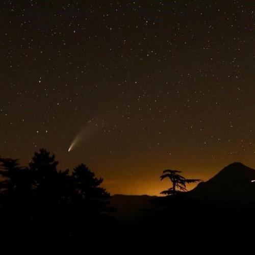 Tüm dünyanın konuştuğu ve 6 bin 800 yılda bir görülen C/2020 F3 Neowise adlı kuyruklu yıldız, Antalya'dan fotoğraflandı.  Antalya'da, gökyüzü bilimciler tarafından 27 Mart'ta keşfedilen ve bir süredir gökyüzündeki seyrini sürdüren C/2020 F3 Neowise kuyruklu yıldızı heyecanı yaşandı.