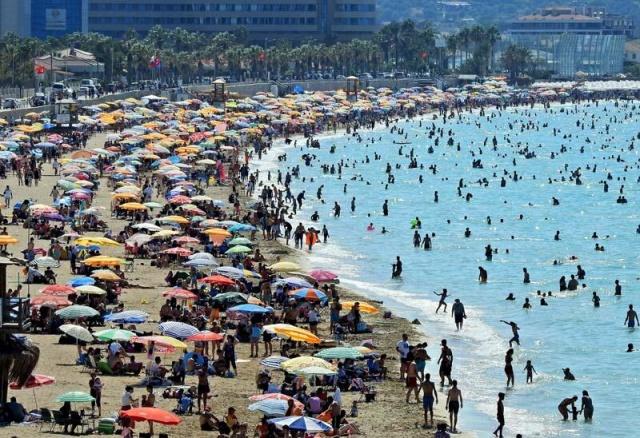 Turizmin gözdesi İzmir Çeşme'de, bayramın ikinci gününden itibaren büyük bir yoğunluk yaşanmaya başlandı. Çeşme'nin girişlerinde uzun kuyruklar oluşurken, Ilıca Halk Plajı doldu taştı.   Çeşme'de arife günü başlayan bayram yoğunluğu, bayramın ikinci gününden itibaren zirveye ulaştı. Bayramın birinci gününü aileleriyle bayramlaşma ve kurban kesimi telaşıyla geçiren çok sayıda tatilci, bayramın ikinci gününden itibaren turizmin gözde ilçesi Çeşme'ye geldi. Çeşme'nin otoban girişleri ve eski İzmir yolundaki girişinde kilometrelerce kuyruk oluştu. Bayram öncesi hafta sonlarında 650 bine ulaşan nüfus yoğunluğunun, bayramın ikinci gününden itibaren 1 milyonu aştığı öğrenildi.