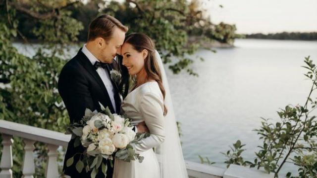Finlandiya Başbakanı Sanna Marin ve 16 yıldır birlikte yaşadığı Finlandiyalı futbolcu Markus Raikkonen evlendi.  2,5 yaşında kızları olan çiftin, Cumartesi günü başbakanlık konutunda ailelerinin ve arkadaşlarının katıldığı bir törenle nikah kıydığı açıklandı.  34 yaşındaki Marin, saten gelinlik giydiği fotoğraflarını Instagram'da paylaştı.  Aynı fotoğraflar 34 yaşındaki Raikonnen tarafından da paylaşıldı.  Finlandiya hükümeti, çifti Twitter üzerinden kutladı.