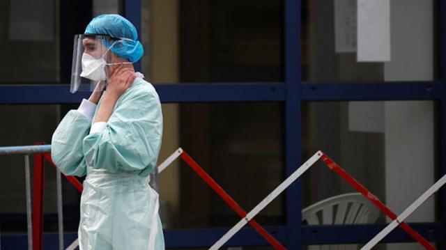 Koronavirüse dair dünyadan açıklamalar gelmeye devam ediyor. Avrupa'da son haftalarda ani yükselen vakalar nedeniyle ikinci dalga yaşanırken, virüsle mücadelede elde edilen kazanımlar, ekonomik gerekçelerle kuralların gevşetilmesi nedeniyle yeniden başa dönülüyor.