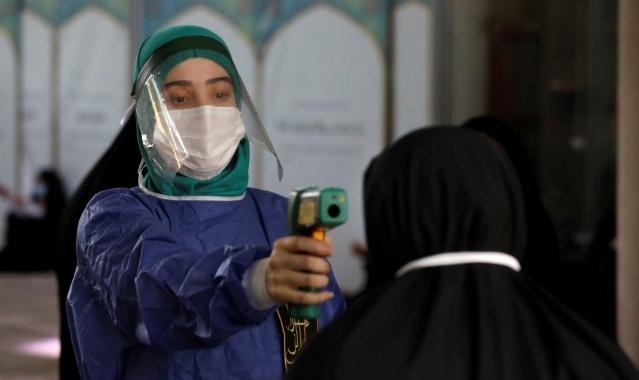 """Salgınla mücadele kurulundaki yetkilinin açıklamaları gündeme bomba gibi düştü, Tahran yönetimi ile söz konusu kurul arasında ciddi görüş ayrılıkları olduğu bildiriliyor.  İran'da Koronavirüsle Mücadele Kurulu Üyesi Muhammed Rıza Mahbubfer, ülkede yeni tip koronavirüs (Covid-19) salgınına ilişkin yapılan resmi açıklamaların gerçek sayıların sadece """"yirmide biri"""" olduğunu söyledi."""