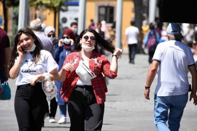 Konya'da, koronavirüs vakalarındaki artışa rağmen bazı vatandaşların maske ve sosyal mesafe kurallarına uymadığı görüldü. Kent genelinde denetimlerini yoğunlaştıran polis ekipleri, vatandaşları maskeleri takmaları konusunda uyarıyor.