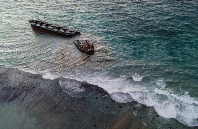 MV Wakashio adlı petrol tankerinin Mauritius Adaları'nda karaya oturmasının ardından denize tonlarca petrol sızmaya başlamıştı. Tankerin ikiye bölünmesiyle ekolojik felaket daha da büyüdü.