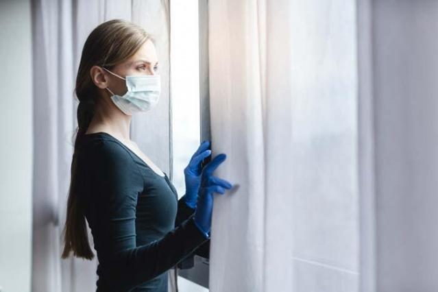 Yeni tip korona virüsün neden olduğu Covid-19 pandemisi son günlerde ülkemizde ve dünyada yeniden atağa geçiyor. İsveç'te her ne kadar maske zorunluğu bulunmasa da, dünyanın birçok ülkesinde maske artık normal hayattın içinde önemli bir yer aldı. Enfeksiyonun yayılmasını önlemede temizlik kurallarına uymak kadar, fiziksel mesafenin korunması ve maske kullanımına özen gösterilmesi hayati önem gösteriyor. Ancak bunaltıcı sıcaklar nedeniyle, maske kullanımı ve sosyal mesafeye uyum konusunda ciddi problemler yaşanıyor.  Prof. Dr. Mustafa Asım Şafak, koronavirüsten korunmak için önerilerde bulundu.