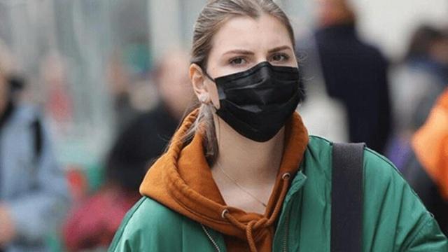 Koronavirüsle birlikte insan hayatının önemli bir parçası haline gelen maskelerle ilgili de farklı görüşler bulunuyor. İsveç'te maske takmak gibi mecburiyet yok ve bu güne kadar İsveç Halk Sağlığı Kurumu maskenin insanları daha fazla enfekte edebileceğini düşünerek, covid-19'a karşı önleyici özelliği olduğu konusunda da yeterli bilimsel veri yok diyerek, maske kullanımını hayatından uzak tuttu. Ancak dünyanın büyük bir bölümünde maske zorunlu hale geldi. Hatta İsveç'in komşularında da bu böyle.  Son dönemlerde siyah renkli maskelerin zararlı olduğuna dair bilgiler dolaşıyor. Peki hangi maske sağlıklı, hangisi değil nasıl anlaşılır?