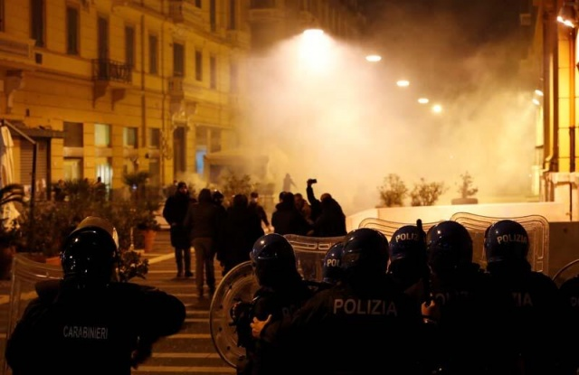 Yeni tip koronavirüs (Kovid-19) vaka sayısının hızla arttığı  İtalya'nın gece sokağa çıkma yasağının başladığı kentlerinden Napoli'de, yasağı protesto eden grup, güvenlik güçleriyle çatıştı.  Campania Bölgesi'nde bu gece başlayan sokağa çıkma yasağı, bölgenin başkenti Napoli'de yüzlerce kişinin katıldığı gösteriyle protesto edildi.