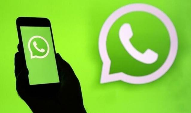Hürriyet.com.tr'de yer alan habere göre, süreli mesajlar özelliğini etkinleştirerek WhatsApp üzerinden süreli mesaj gönderebilirsiniz. Bu özellik etkinleştirildiğinde, bireysel sohbette ya da grup sohbetinde gönderilen yeni mesajlar yedi gün sonra kaybolacak.  Yaptığınız en güncel seçim sohbetteki tüm mesajlar için geçerli olur. Bu ayar, sohbette daha önce gönderdiğiniz veya aldığınız mesajları etkilemez.  Bireysel sohbetlerde, her iki kullanıcı da süreli mesajları etkinleştirebilir veya devre dışı bırakabilir.