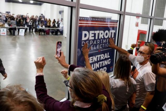ABD'de seçimler kıran kırana sürerken iki tarafın destekçileri arasında da tansiyon yükseliyor. Trump destekçileri postayla kullanılan oyların sayımının durdurulması için Biden'in önde olduğu Detroit'teki oy sayım merkezini basmaya çalıştı.