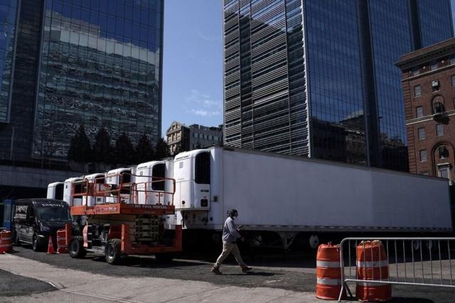 Salgının ABD'de hızla yayıldığı Nisan aylarında New York kentinde, aşırı yoğun hastaneleri rahatlatması için şehrin ilçelerine yerleştiren soğutmalı morg kamyonları, COVID-19'un yıkıcı etkisinin etkisinin simgesi haline gelmişti.  New York Post'un haberine göre, Nisan'dan bu yana New York'ta koronavirüsten ölen yaklaşık 650 kişinin cesedi morg olarak kullanılan dondurucularda kaldı.