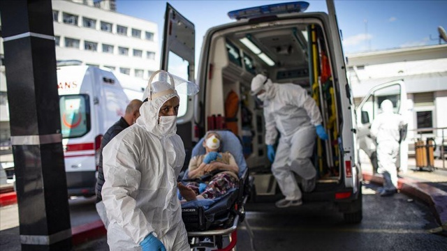 """COVID-19'a haziran ayında yakalanan ve tedavisinin ardından testleri negatife dönen teknik direktör Yılmaz Vural'ın yeniden koronavirüse yakalanması ve durumunun ağır olması tartışma başlattı. Koronavirüse ikinci kez yakalananların hastalığı daha ağır geçirdiği iddia edildi. Bu iddiayı Hürriyet'ten Meltem Özgenç uzmanlara sordu.  Bilim Kurulu Üyesi Prof. Dr. Ateş Kara """"Henüz dünyada böyle bir istatistik yok. Hastalığı geçiren herkeste koruyucu cevap yani antikor oluşmuyor. Antikor, kimi ne kadar koruyacak tam bilgimiz yok. Ancak gözlemlerimize göre ikinci kez geçiren küçük bir grup hastalığı birinciden daha ağır geçiriyor"""" dedi."""