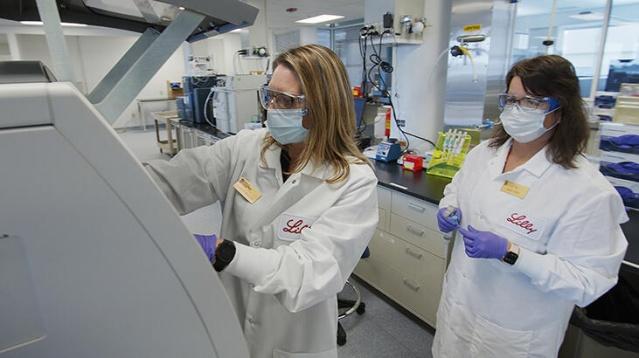 Tüm dünyanın gözlerini çevirdiği İngiltere'deki virüsün yeni mutasyonu ile ilgili alarm durumu yaşanıyor.  Başta İngiltere'de olmak üzere AB ülkelerinde sert önlemler ardı ardına açıklanmaya başladı.  İsveç'tede gün boyunca virüsün daha hızlı bulaşan mutasyon türüyle ilgili gündem yoğundu.