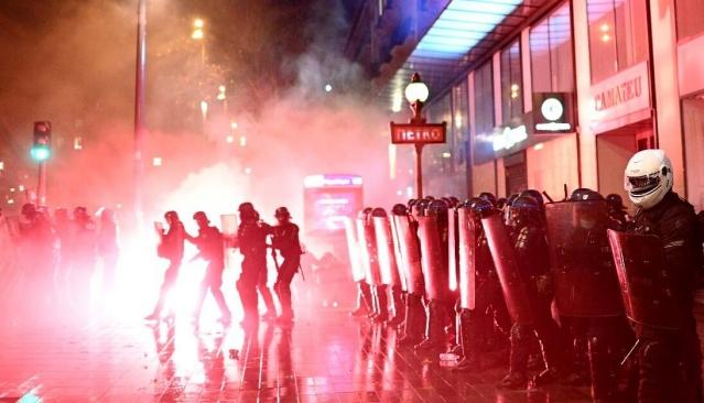 Fransa'nın başkenti Paris'teki Küresel Güvenlik Yasası'na karşı yapılan protestolar sırasında 142 kişi polis tarafından gözaltına alındı.