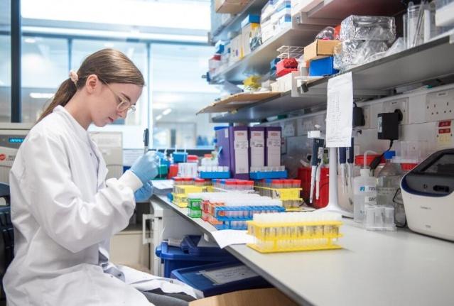 İngiltere'deki University College London Hastanesi (UCLH) ile AstraZeneca, koronaya yakalanmış kişilere anında bağışıklık kazandıran yeni bir antikor tedavisi üzerinde çalışıyor. Söz konusu tedavinin, koronavirüsle mücadelede aşıya ek olarak yeni bir silah olacağı belirtiliyor. Antikor tedavisinin, virüsün yayılmasının önüne geçilmesi düşünülüyor.