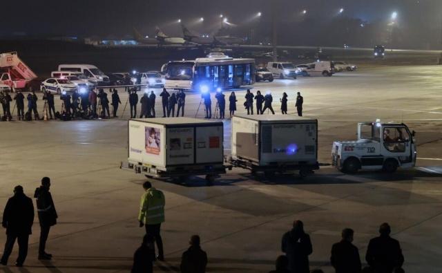 """Türkiye'nin Çinli aşı firması SinoVac'tan aldığı 3 milyon doz koronavirüs aşısını taşıyan Türk Havayolları'na ait kargo uçağı Ankara Esenboğa Havalimanı'na iniş yaptı.  Sağlık Bakanı Fahrettin Koca, sosyal medya hesabından yaptığı paylaşımla aşıların ulaştığını duyurdu. Koca, paylaşımında şu ifadelere yer verdi:  """"Aşılarımızı getiren uçak Esenboğa Havalimanımıza ulaştı. 14 gün sürecek testleri hemen Türkiye İlaç ve Tıbbi Cihaz Kurumumuzda başlayacak. Testleri biter bitmez ise aşılama programımız Halk Sağlığı GM koordinasyonunda gerçekleşecek. Birlikte başaracağız."""""""