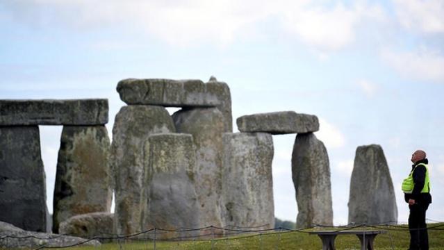 Stonehenge yakınlarındaki neolitik yapı  İngiltere'deki Stonehenge'e 3 kilometre uzaklıktaki Durrington Walls adını taşıyan anıtın altında, daha erken döneme ait devasa bir taş anıt keşfedildi. Son teknoloji kullanılarak, kazı yapılmadan tespit edilen anıt C şekilli bir Neolitik arena oluşturan 90 dikilitaştan oluşuyor. Yeni anıtın kasıtlı olarak gömülmüş olmasının dini bir değişikliğe işaret ettiği düşünülüyor.