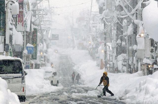Kar ve şiddetli fırtına Japonya'da hayatı olumsuz etkiledi. 100 bini aşkın hane elektriksiz kalırken, 247 uçuş iptal edildi.  Japonya'da etkisini sürdüren soğuk hava dalgası, Niigata ve Akita eyaletlerinde hayatı olumsuz etkiledi.