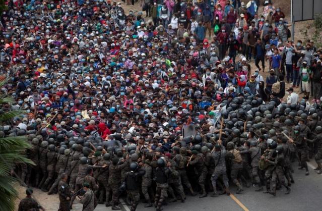 Orta Amerika ülkesi Honduras'tan Meksika'ya, ardından da ABD'ye ulaşmak isteyen ve sayıları 9 bini geçen göçmenlerle Guatemala ordusu arasında arbede yaşandı.