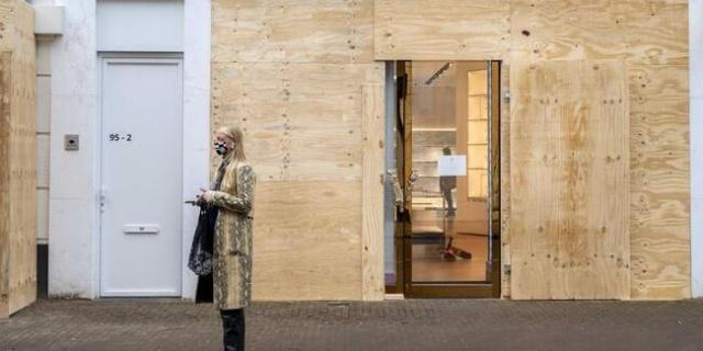 Hollanda'nın başkenti Amsterdam'da ünlü mağazalar, koronavirüs önlemlerine karşı protestolar sırasında olası yağmalara karşı vitrinlerini beton ve tahta plakalarla kapattı.