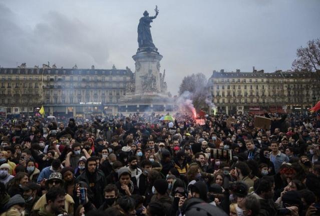 Fransa genelinde halk, tartışmalı genel güvenlik yasa tasarısı karşıtı protestolar düzenlemeye devam ediyor.