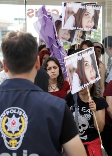 Mersin'de vahşice öldürülen üniversite öğrencisi Özgecan Aslan'ın öldürülmesiyle ilgili haklarında ağırlaştırılmış müebbet hapis cezası istenen tutuklu 3 sanığın yargılandığı dava 9 Eylül tarihine ertelendi.