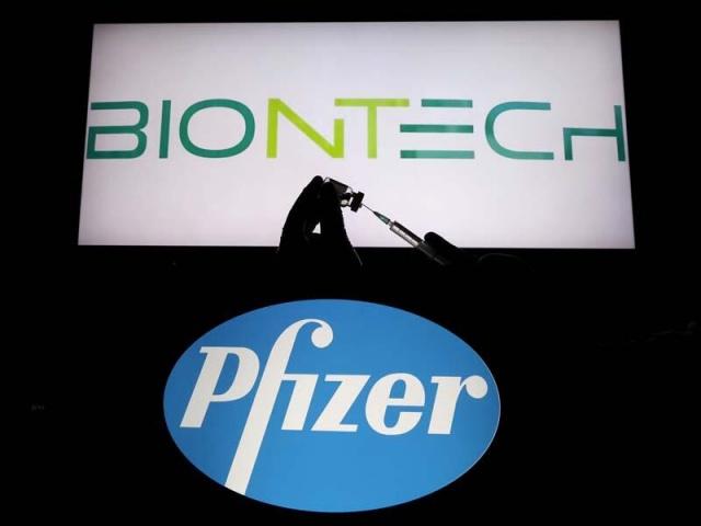 Küresel ilaç şirketi kısa süre içinde Covid-19 aşısını geliştirmeyi başardı. Ancak aşı tedariği konusunda şirkete yönelik çok sayıda eleştiri var. Peki şirketin kârı toplum sağlığının önüne mi geçiyor? (Deutsche Welle Türkçe)  ABD merkezli küresel ilaç şirketi Pfizer'in CEO'su Albert Bourla, geçen yıl oldukça büyük bir risk aldı ve Covid-19 pandemisine karşı ABD hükümeti öncülüğünde başlatılan kamu-özel ortaklık girişimi Warp Speed Operasyonu'nun aşı çalışmalarına katılmak yerine, Alman şirket BioNTech'e 2 milyar dolar yatırmayı tercih etti. Bourla'nın öngörüleri işe yaramış olacak ki BioNTech, hem ABD hem Avrupa Birliği hem de diğer pek çok ülke tarafından onaylanan ilk koronavirüs aşısı olarak tarihe geçti.  Ancak bu süreç pek de kolay olmadı. Başta Avrupa Birliği'nden (AB) olmak üzere Pfizer'e yönelik çok sayıda eleştiri yapıldı; yapılmaya da devam ediliyor. Şirkete yönelik eleştirilerin başında aşıdan doğabilecek zararlarda sorumluluk kabul etmemesi, aşıyı muhafaza edecek -70 derecelik dolapların çok pahalı ve tedariğinin zor olması geliyor. Ayrıca aşının doz fiyatını pahalı bulanlar da var.