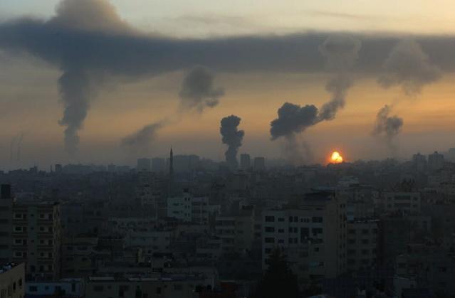 AA muhabirinin edindiği bilgiye göre, İsrail savaş uçakları bir kaç dakika içinde bıraktığı onlarca bombayla Gazze Şeridi'nin güneyi, kuzeyi ve orta kesimlerinde çok sayıda noktayı hedef aldı.